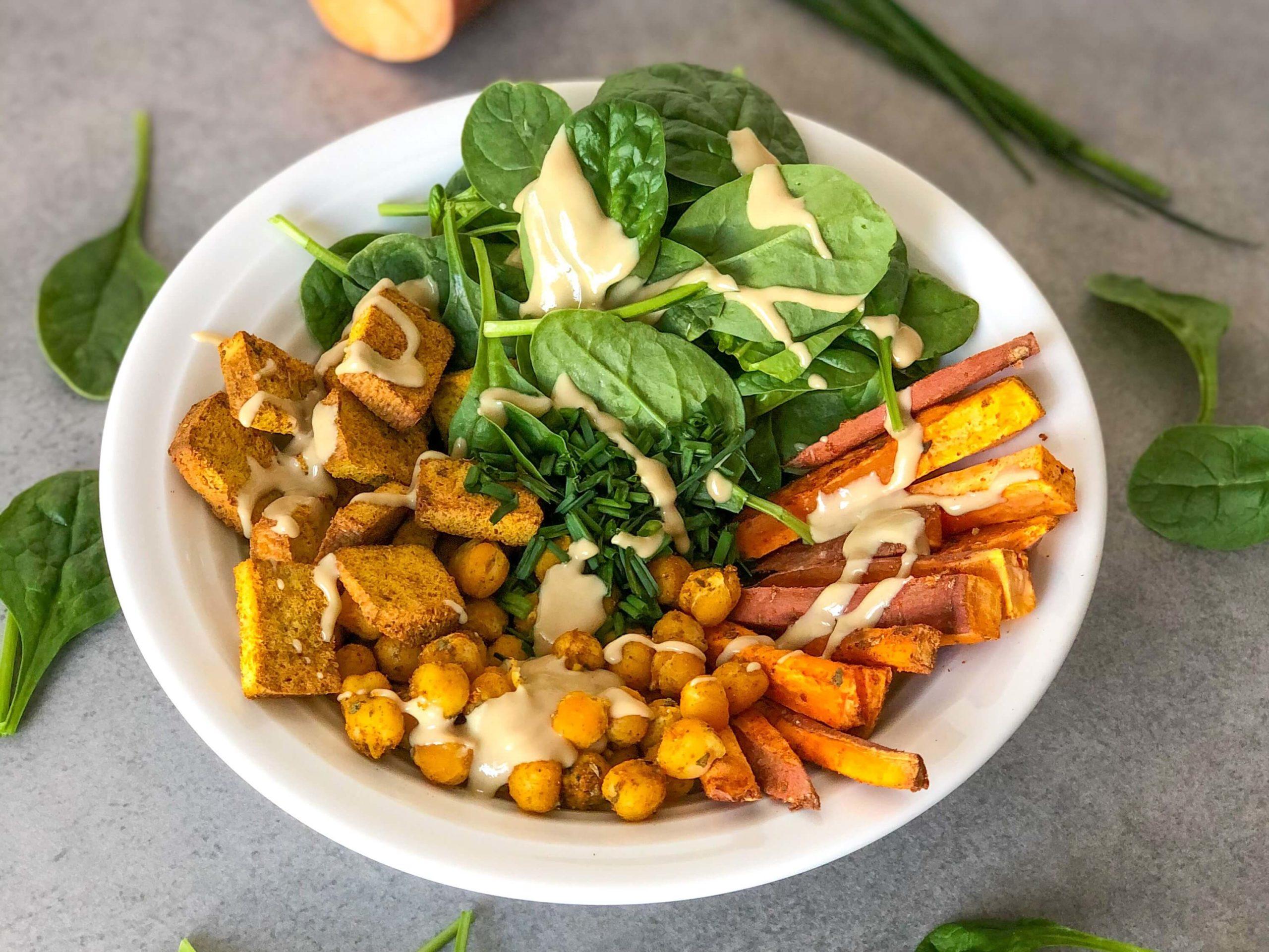 Pieczony bowl z chrupiącym tofu, batatem, ciecierzycą, szpinakiem i tahini - zdrowa dieta
