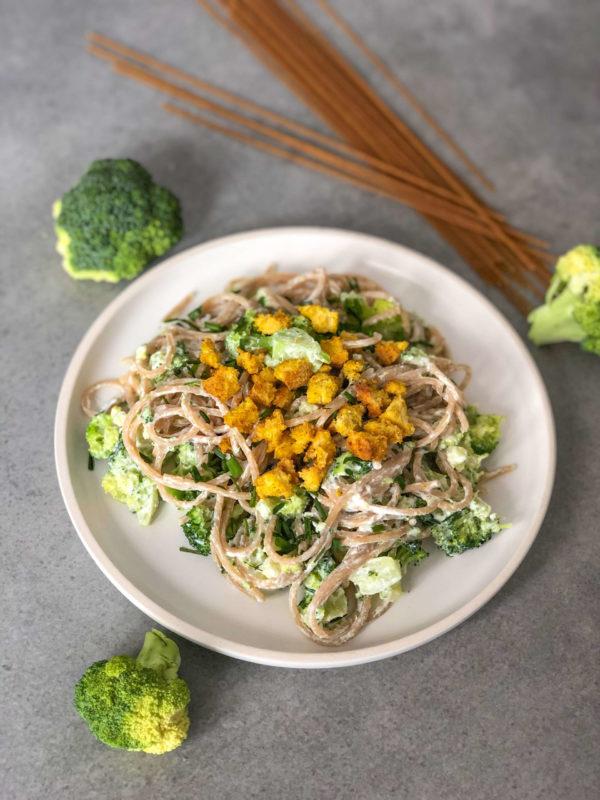 Spaghetti w sosie serowym z brokułami i skwarkami z tofu