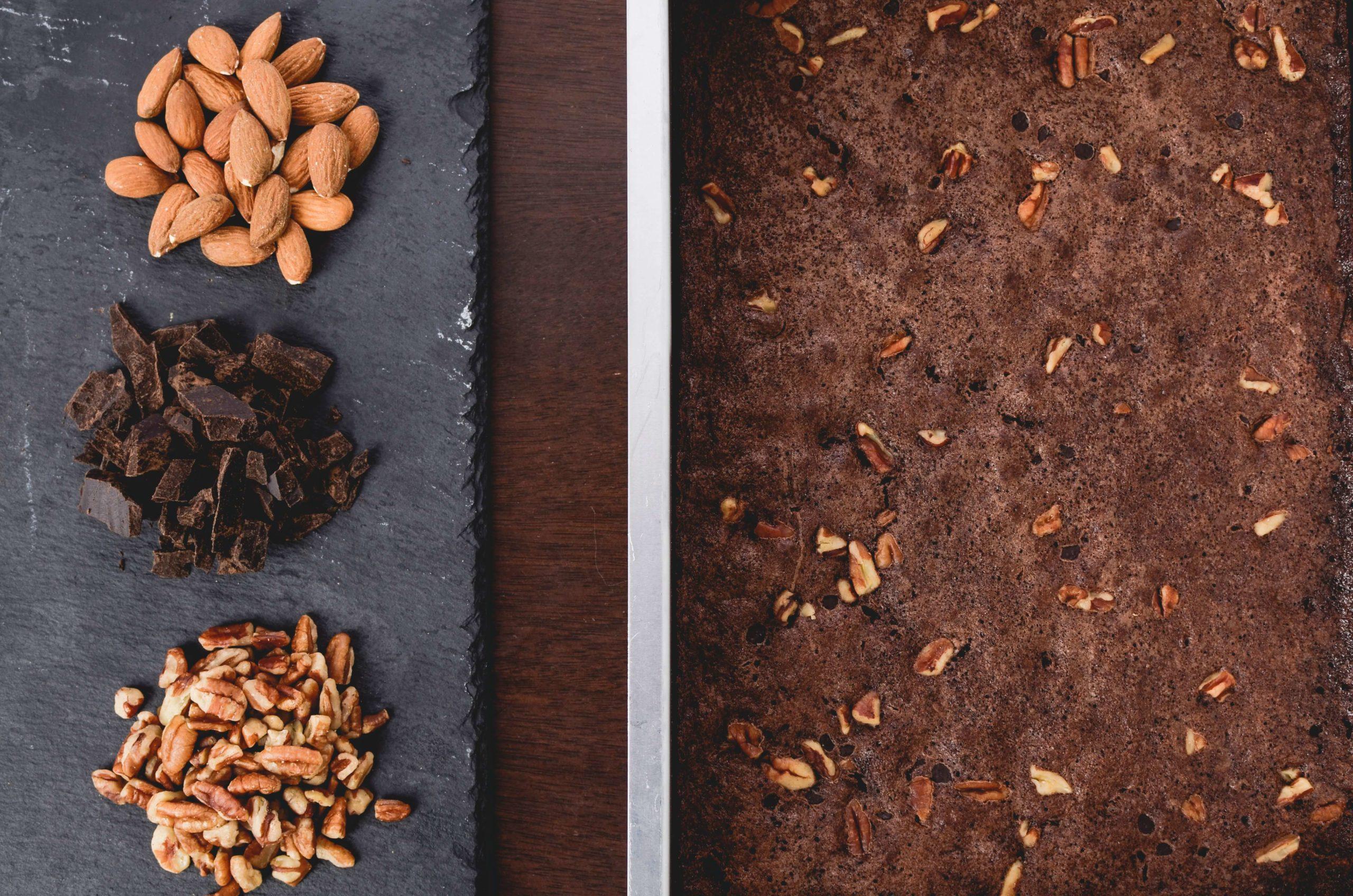 Zdrowe tłuszcze w diecie sportowca: orzechy i gorzka czekolada