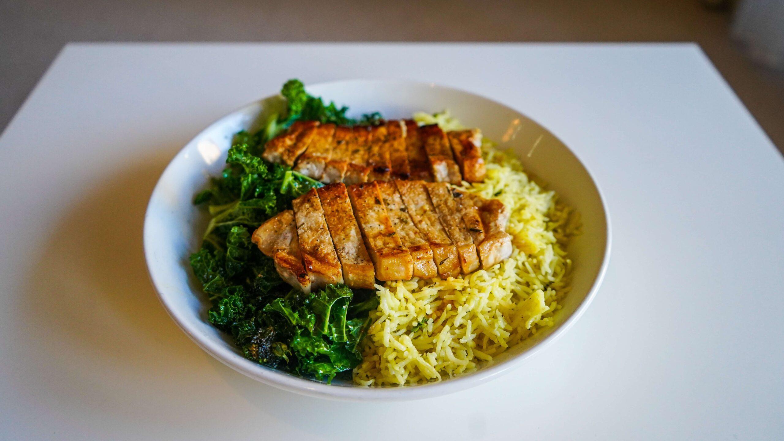 posiłek przed treningowy - ryż z kurczakiem i szpinakiem