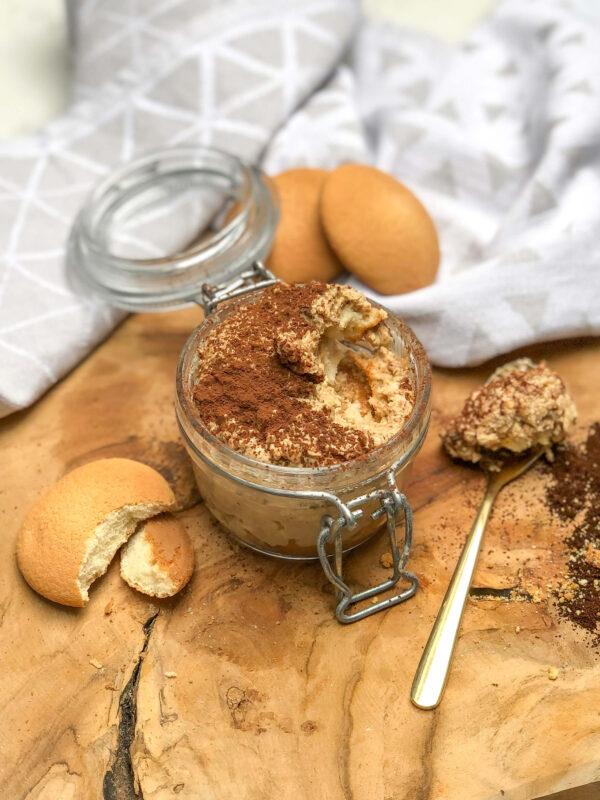 szybka fit nocna owsianka tiramisu - zdrowe śniadanie do szkoły i pracy