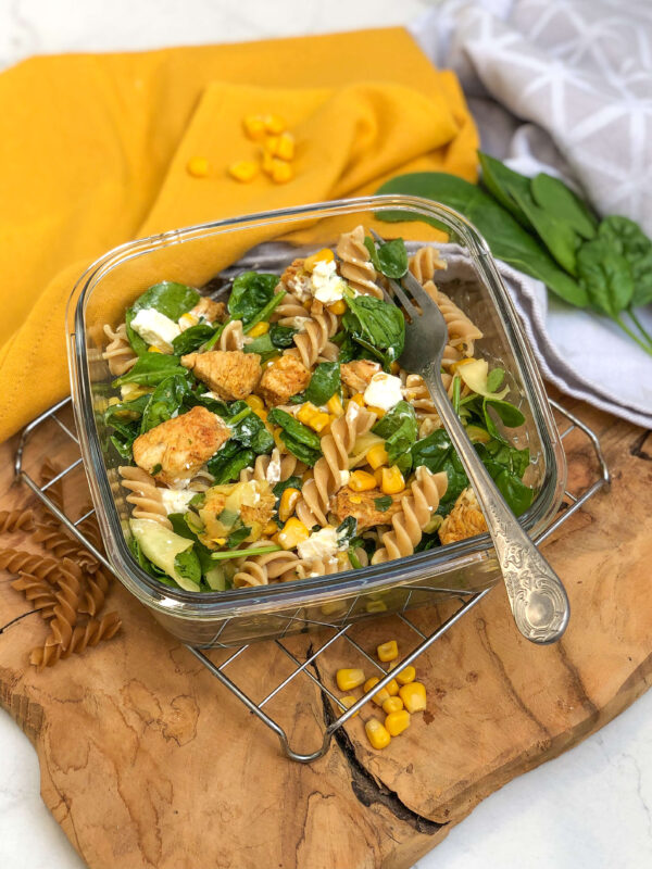 makaron z kurczakiem i warzywami - pomysły na obiady do pracy szkoły