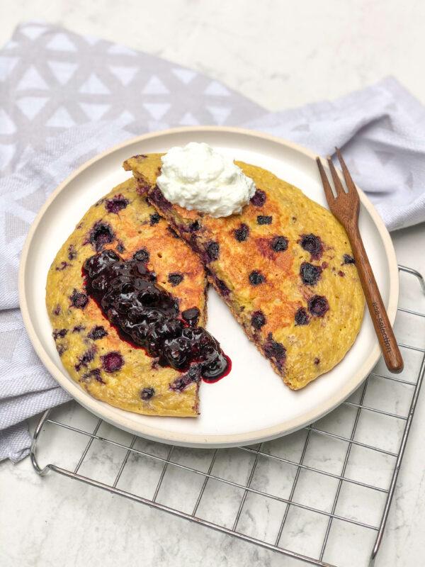 fit omlet z jagodami - szybki przepis na zdrowe śniadanie do szkoły